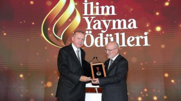 Erdoğan ve Çelikbilek Birlikte Ödül Verdi!