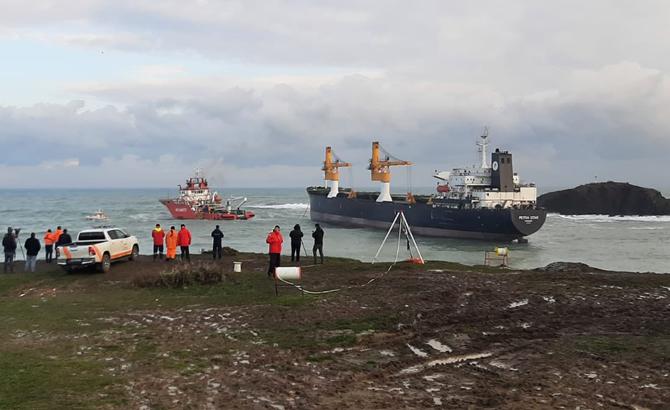 Beykoz'da kıyıya sürüklenen gemi kurtarıldı