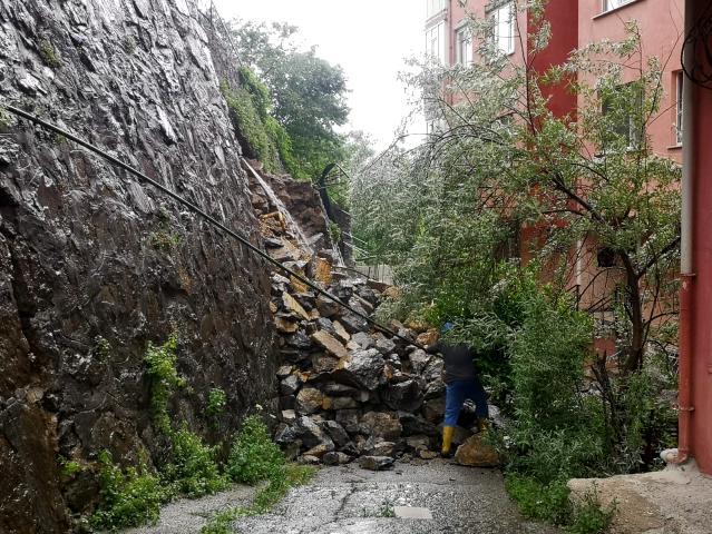 Beykoz'da toprak affetmedi: Duvar çöktü 3 bina boşaltıldı